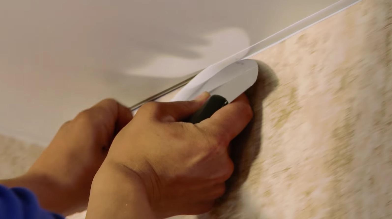 Как вариант, используется такая лента для натяжного потолка