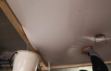 Спасение натяжного потолка своими руками