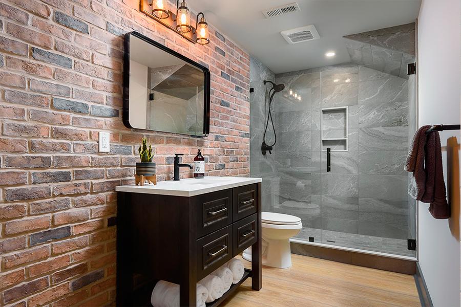 Если комната большая, зонируйте пространство с помощью света. Например, можно добавить источники света над зеркалом или самой ванной.