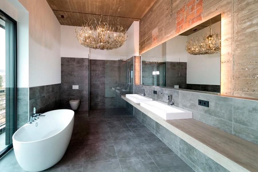 Если потолок в ванной очень высокий, есть смысл разместить на нем люстру, которая будет играть роль главного осветительного прибора.