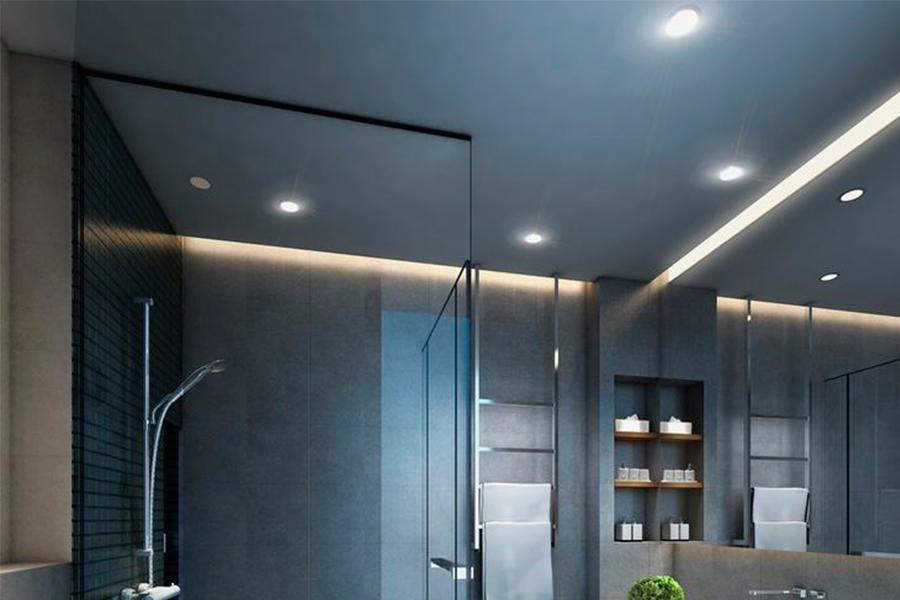 Для потолка подойдут точечные светильники с галогеновыми лампами. Чем больше светильников, тем лучше.